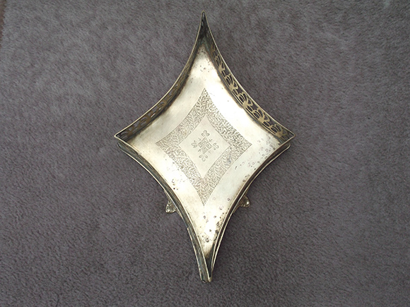 Antique Brass Flower Basket with Curved Diamond Shape – Top View.