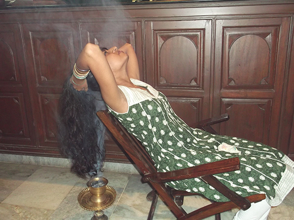 Drying hair with perfumed warm smoke of sambrani