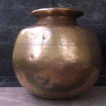 A three line design running throughout the circle of the belly of the pot.
