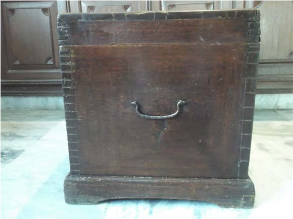 Side view of the box showing the joints of two sides, iron handle