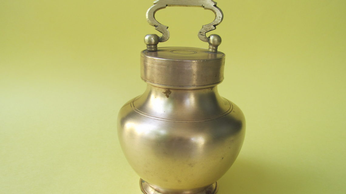 Marachombu with lid that is used to carry water during journey