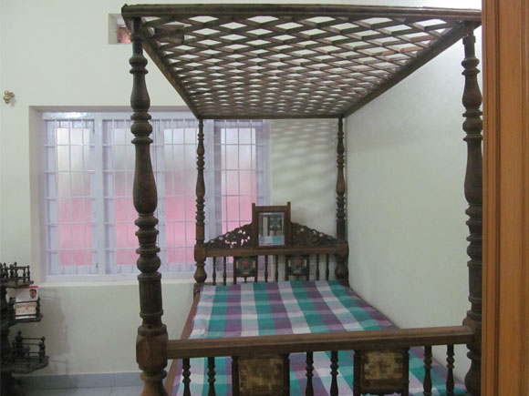 Four Poster Antique Cot With Mirror At The Headboard And Canopy On The 4  Posts
